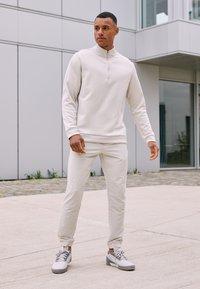 adidas Golf - ADICROSS RETRO RIP - Golfschoenen - grey two/footwear white/grey four - 1