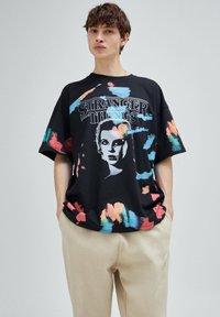 PULL&BEAR - STRANGER THINGS - Print T-shirt - black - 5