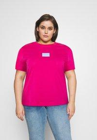 Calvin Klein Jeans Plus - SHINE BADGE TEE - Basic T-shirt - pink - 0
