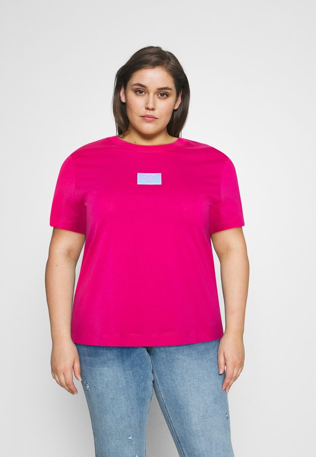 SHINE BADGE TEE - T-shirts - pink