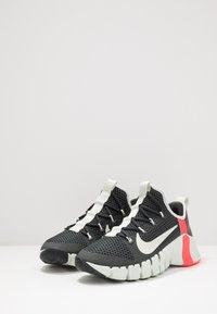 Nike Performance - FREE METCON 3 - Sports shoes - dark smoke grey/spruce aura/laser crimson - 2