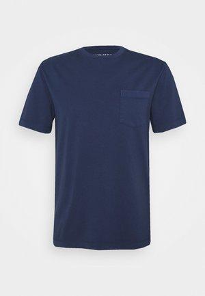 AUTHENTIC DYE POCKET CREW - T-shirt basic - washed navy