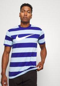 Nike Sportswear - STRIPE TEE - Print T-shirt - psychic blue/deep royal blue - 3