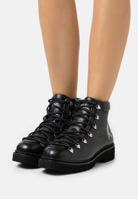 KARL LAGERFELD - KADET HIKER BOOT - Lace-up ankle boots - black - 0