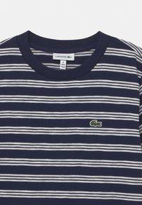 Lacoste - ROLLIS - T-shirt med print - navy blue/flour - 2
