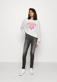 Tommy Jeans - COLLEGIATE LOGO CREW - Sweatshirt - silver grey - 1