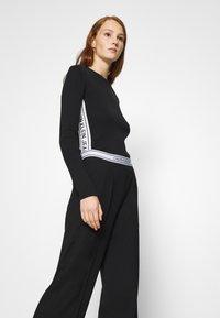 Calvin Klein Jeans - LOGO ELASTIC DRAPEY PANT - Spodnie materiałowe - black - 3