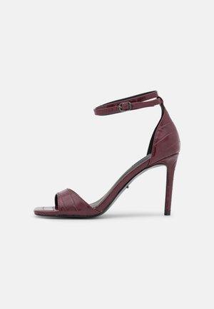 ONLALYX CROC - Sandaler med høye hæler - bordeaux