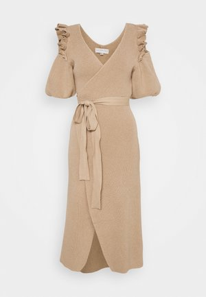 COLD SHOULDER DRESS - Strikket kjole - camel