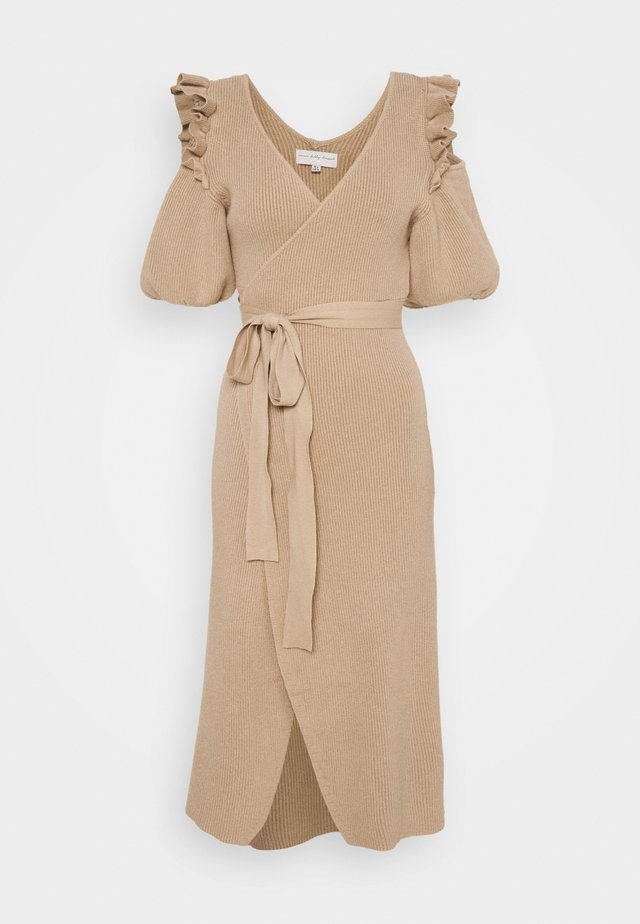 COLD SHOULDER DRESS - Gebreide jurk - camel