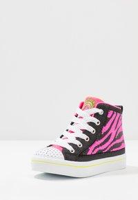 Skechers - FLIP-KICKS ZEBRA REVERSIBLE SEQUINS - High-top trainers - black sparkle/neon pink - 2
