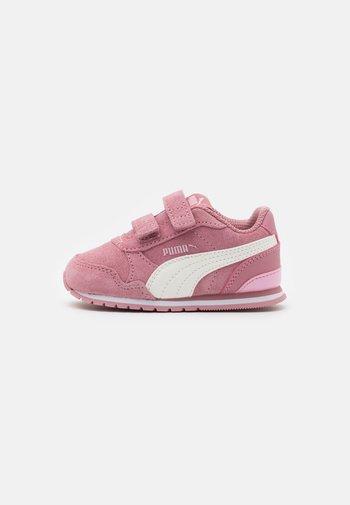 ST RUNNER - Trainers - foxglove/whisper white/pale pink/white