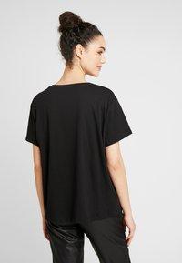 NA-KD - FLOWER TEE - Print T-shirt - black - 2