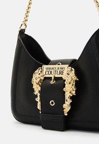 Versace Jeans Couture - BUCKLE SHOULDER BAG - Taška spříčným popruhem - nero - 4