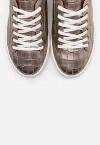 Minelli - Sneakersy niskie - platine - 5