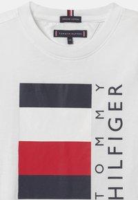 Tommy Hilfiger - GLOBAL STRIPE  - Print T-shirt - white - 2