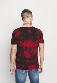 Alpha Industries - BASIC BATIK - Print T-shirt - speed red - 2