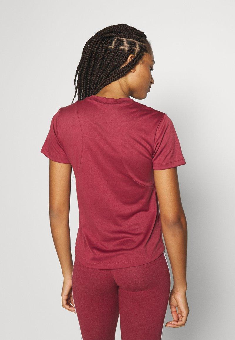 adidas Performance - LOGO TEE - Print T-shirt - legred/maroon
