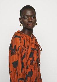 Mother of Pearl - RAGLAN SLEEVE DRESS WITH GATHERED NECK & CUFFS - Denní šaty - botanical rust - 3