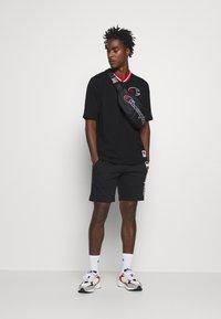 Champion - ROCHESTER RETRO BASKET V NECK - Print T-shirt - black - 1