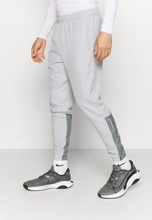 ESSENTIAL PANT - Pantaloni sportivi - light smoke grey/smoke grey/silver