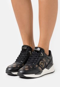 Guess - TESHA - Sneakersy niskie - bronze/black - 0
