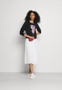 KARL LAGERFELD - PLEATED SKIRT LOGO - Pleated skirt - white - 1