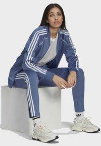adidas Originals - PRIMEBLUE SST ORIGINALS JACKE - Felpa aperta - blue - 5