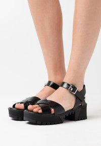 Missguided - CROSS FRONT CHUNKY SPLIT SOLE  - Sandalias con plataforma - black - 0