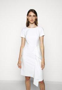 HUGO - KIBINA - Pouzdrové šaty - natural - 0