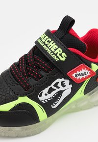 Skechers - ILLUMI-BRIGHTS - Trainers - black/lime//red - 5