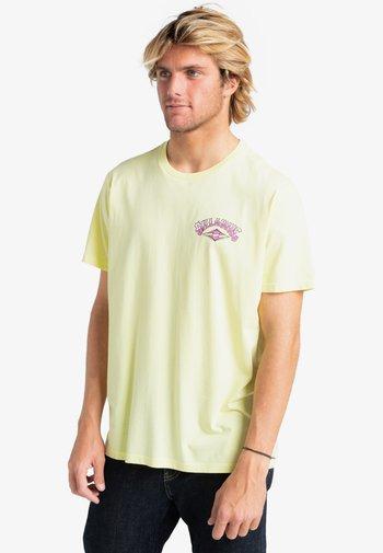 GANG OF GANGS - Print T-shirt - beeswax
