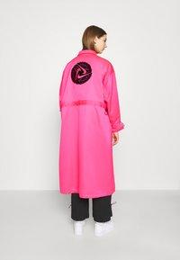 Nike Sportswear - W NSW ICN CLSH LNG JKT SATIN - Summer jacket - hyper pink - 2