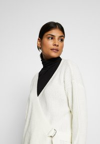 Missguided - D RING BELTED WRAP FRONT CARDIGAN - Cardigan - cream - 3