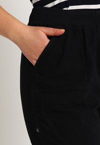 Zizzi - ABOVE KNEE - Shorts - black - 3