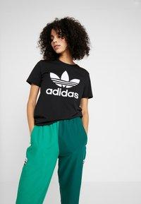 adidas Originals - TREFOIL TEE - T-shirt z nadrukiem - black/white - 3