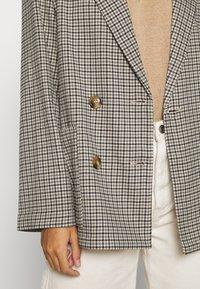 Monki - TWIGGY - Krátký kabát - beige medium dusty - 5