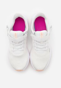 Nike Performance - REVOLUTION 5 FLYEASE - Juoksukenkä/neutraalit - summit white/washed coral/fire pink
