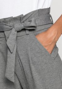 Vero Moda - VMEVA LOOSE PAPERBAG PANT - Kalhoty - medium grey - 4