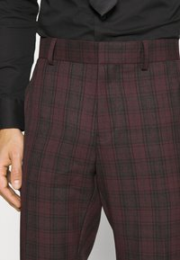 Isaac Dewhirst - SINGLE BREASTED TARTEN SUIT SET - Completo - red - 7