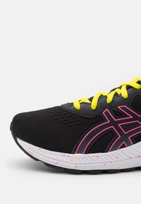 ASICS - GEL-EXCITE 8 UNISEX - Neutral running shoes - black/hot pink - 5