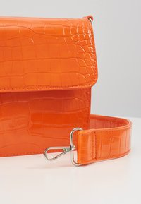 HVISK - CAYMAN SHINY STRAP BAG - Borsa a tracolla - orange - 2