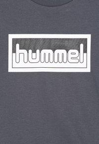 Hummel - MONO 2 PACK - Print T-shirt - ombre blue/black - 4