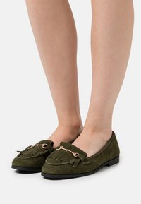 Dorothy Perkins Wide Fit - WIDE FIT FRINGE LOAFER - Loaferit/pistokkaat - khaki - 0