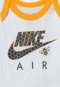 Nike Sportswear - SET UNISEX - Camiseta estampada - white - 2