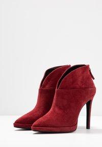 Lola Cruz - High heeled ankle boots - rojo - 4