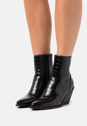 ONLBABI STRUCTURED HEELED BOOT - Cowboy/biker ankle boot - black