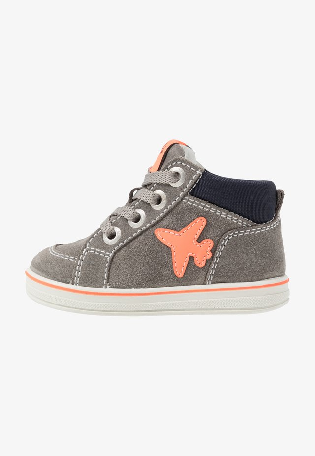JESSA - Chaussures premiers pas - grey