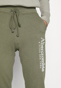 Abercrombie & Fitch - FALL TREND LOGO JOGGER - Tracksuit bottoms - olive - 6