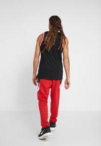 Nike Performance - NBA CHICAGO BULLS THERMAFLEX PANT - Verryttelyhousut - university red/black/white - 2